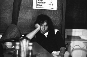 1-bob-dylan-visits-a-massachusetts-diner-during-a-stop-on-the-rolling-thunder-revue-tour-1975-br-ken-regan-ken-regan - copia